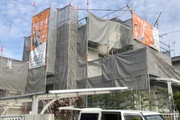 福岡県春日市天神山のM様邸で外壁塗装、屋根塗装工事を行ってます。